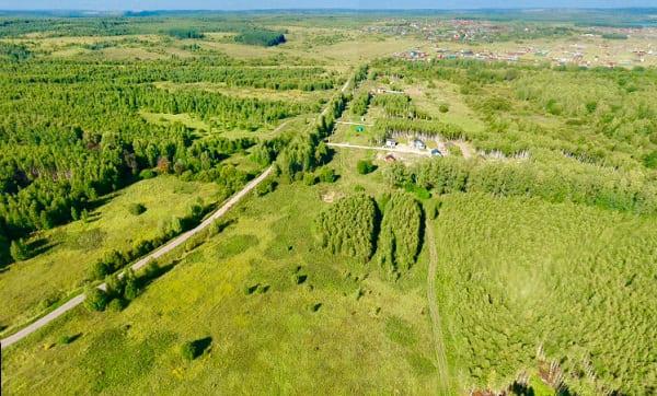 Поле у деревни - вид с верху