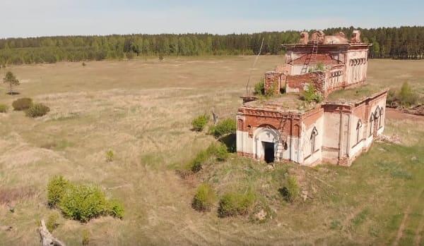 Старая разрушенная церковь на урочище