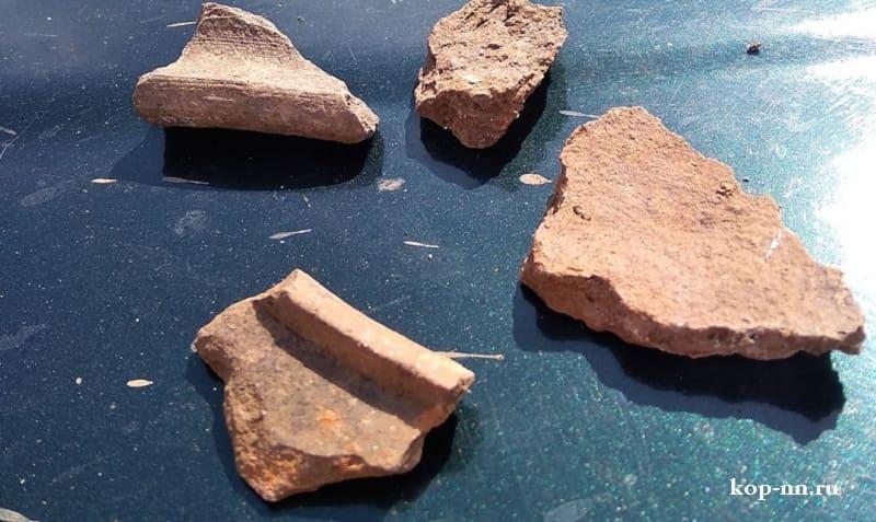 Кусочки керамической посуды