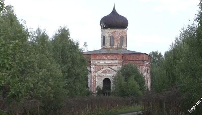 Кирпичная Церковь Михаила Архангела в селе Сквозники